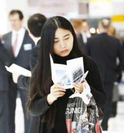 Foto: Woman reading brochure